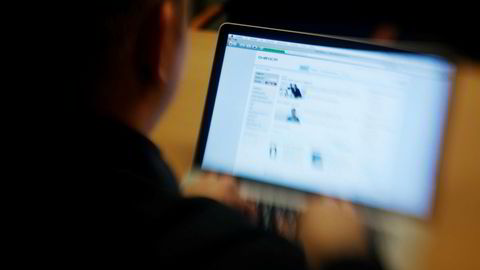Mange husholdninger i Norge sliter med å betale regningene sine. På bildet sjekker en mann nettbanken sin.