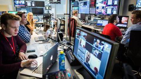 På kontrollrommet i VG-kanalens sjakkstudio sitter grafikkoperatør Mathias Jørgensen (fra venstre), produsent Joakim Skogvold, produksjonsassistent Line G. Haus, lydmann Bjarne Dankel og kamerakontrollør Martin Østby.                    Foto: Gunnar Blöndal