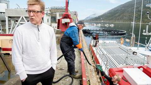Fiskebåten «Vardøjenta» leverer en fangst blåkveite verd 250.000 kroner til Torsvågbruket på Vannøya. Fra venstre: Fisker Tony Nilsen, kranfører Inge Nilsen og på fisker Ørjan Soldat Fagermo.