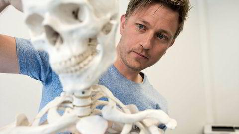 Lege Nils Christian Tvedt Karlsen mener at strykprosenten for nasjonale prøver i anatomi viser at sykepleierstudentene lærer altfor lite om kroppen.