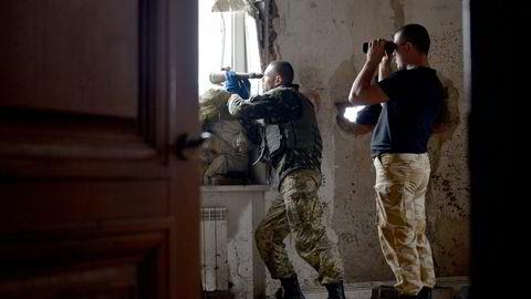 Europa kan ikke overleve og leve med et naboskap som består av diktaturer og anarkier, skriver kronikkforfatteren. Her to ukrainske observatører på en utkikkspost nær frontlinjen utenfor Donetsk i Øst-Ukraina. Foto: Genya Savilov, Afp/ NTB Scanpix