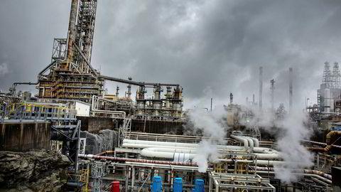 Det er fremdeles den oljerelaterte industrien som holder industriproduksjonen oppe. Her illustrert med Equinors raffineri på Mongstad.