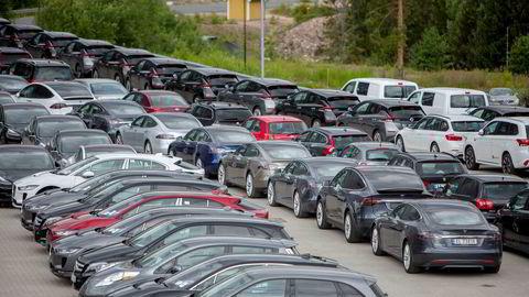 Stadig flere av bilene som selges i landets nordligste fylke er elbiler. her ttår hundrevis av Teslaer på en parkeringsplass like ved Birger N. Haug i Røyken.