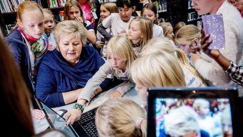 Barn og unge hentes inn som «konsulenter» for teknologitunge selskaper som Telenor og NRK. Kanskje lærte også statsminister Erna Solberg noe da hun møtte norske jenter som koder under Girl Tech Fest på Oslo Innovation Week i forrige uke.  Foto: Gorm K. Gaare