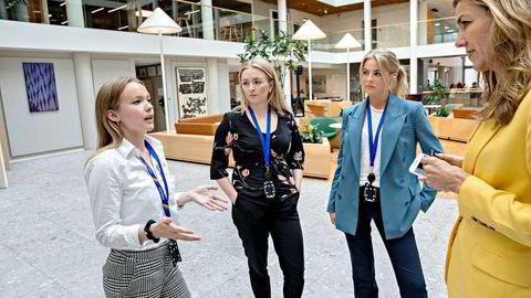 I sommer har finansstudentene fra venstre Astrid Slettan (25), Kathrine Neteland (24) og Hannah Slagsvold (23) hatt sommerjobb hos Nordea Markets. Her står de sammen med sjefanalytiker Thina Saltvedt, som etterlyser flere unge kvinner i bransjen.