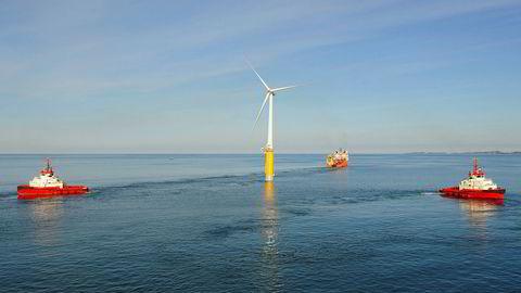 Statoils flytende vindmølle Hywind ble slepet fra Åmøyfjorden til Karmøy i 2009.