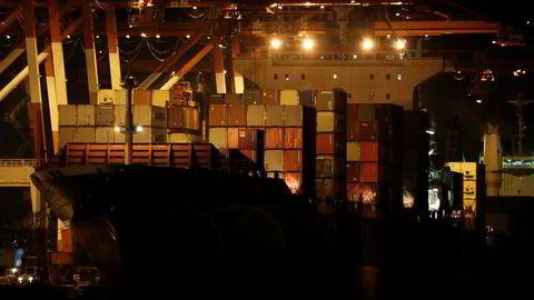 Filippinene gjør alvor av trusselen om å sende husholdningssøppel tilbake til Canada. Bildet viser containerskipet M/V Bavaria  i havnen i Subic torsdag.