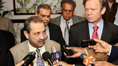 Mohamed Ghanem sier han aldri diskuterte avtalen han hadde med Yara med sin avdøde far, Libyas tidligere oljeminister Shukri Ghanem, som her er avbildet med tiltalte Thorleif Enger (til høyre) i 2008. Foto: Mahmud Turkia/AFP/NTB Scanpix