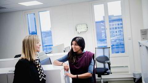 – Jeg merker at jeg har stor bruk for sosial menneskekunnskap i jobben min, sier Marley Singarajah (til venstre) i Capgemini. Hr-direktør Mette Mowinkel sier at «myke ferdigheter» blir stadig viktigere for it-selskapet.