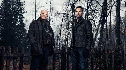 Journalist Peter Verås (Jon Øigarden, til høyre) og redaktør Frank Mathisen (Nils Ole Oftebro) får nye utfordringer å bryne seg på når en kollega i VG blir brutalt myrdet for noe han visste. Men hva? Foto: