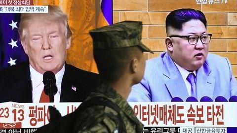 Historisk. En sørkoreansk soldat ser et nyhetsoppslag om Donald Trump og Kim Jong-uns svært overraskende avtale om å møtes i løpet av mai måned. Møtested er foreløpig ikke bestemt, men Sverige trekkes frem som en het kandidat.