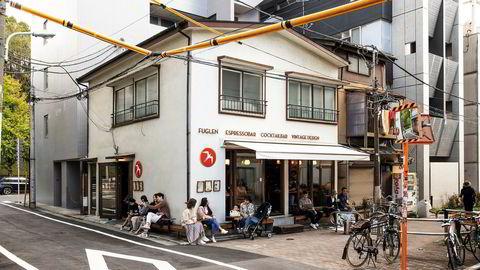 Begynnelsen. Fuglens første Tokyo-filial, som åpnet i 2012 og ligger i en rolig sidegate i Tomigaya i Shibuya-distriktet. Lenger inn i gaten ligger møbelforretningen deres.