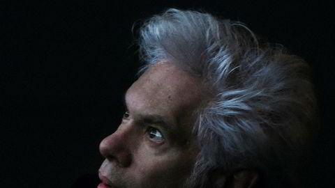 Indielorden Jim. Etter å ha studert poesi ved Columbia-universitetet og punk ved CBGB-bulen, etablerte Jim Jarmusch seg som internasjonal arthaus-helt på 1980-tallet.
