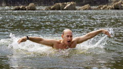 Forsvinningsnummer. Tok Vladimir Putin en Josef, eller en Ivan? Mandag denne uken dukket han opp igjen etter å ha vært borte i ti dager. Bildet er fra en tidligere anledning, en svømmetur på ferie i Sibir i 2009. Foto: AP Photo / RIA Novosti, Alexei Drizhinin, Pool