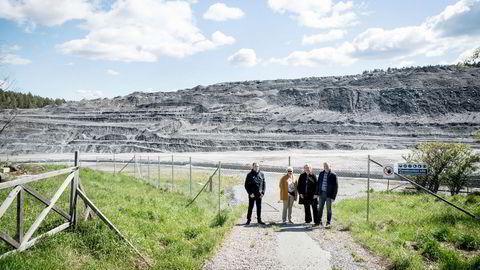 Jarle Holstad (venstre), Bodil Holstad, Berit Holstad og Pål Breng foran berget av stein som i dag dekker eiendommen der gården lå.