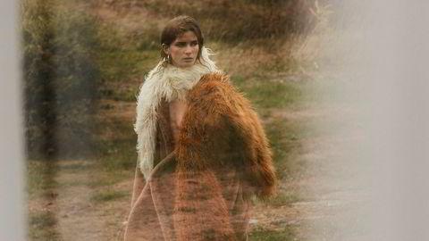 Skjerf: Dries Van Noten/Høyer Eger – Teddy coat: Max Mara/Høyer Eger – Sko: Custommade – Øreringer: Maanesten