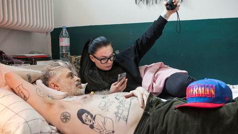 Den dødssyke produsentlegenden Christian Falk holder motet oppe med Superman-caps og eldstedatteren Vanessa på besøk mot slutten i 2014. Hun sang med ham på den vanskelige oppfølgerplaten «People Say» i 2006.
