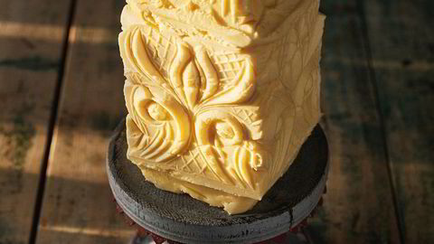Stassmør. Smørformen er et av klenodiene på Fannremsgården i Orkdal, og ble brukt av Jon Fredrik Skauges oldemor. En stor smørklump med flotte ornamenter på festbordet var status og tydet på velstand