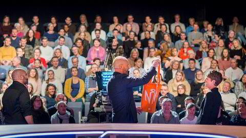 Utvalgt forpleining. «Nytt på nytt»-trioen Johan Golden, Bård Tufte Johansen og Pernille Sørensen før sending. Det er en folkeskoleelev som får et oransje bærenett av gjengen, til latter fra salen.