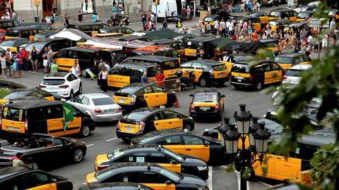 Droskjebnen. I fem døgn nektet 1500 taxier og deres sjåfører å flytte seg av flekken. I Barcelonas sentrum snorket, plystret, grillet og kranglet de denne uken