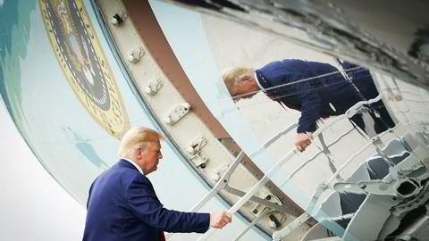 Donald Trump går om bord i Air Force One etter å ha besøkt Wilmington i Nord-Carolina.