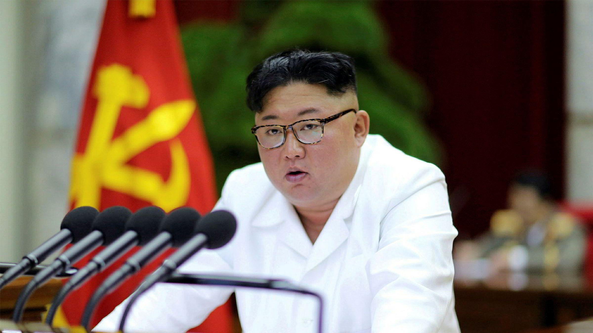 Kim Jong-un under møtet i Nord-Koreas arbeiderparti søndag. Nord-Korea strever med økonomien, og landets leder advarte om nødvendige endringer da han snakket til partiledelsen mandag.