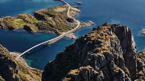 Over et fjell, over en bro. I 1983 fikk Henningsvær, som ligger på spissen av Austvågøya i Lofoten, broforbindelse. Siden er det flere enn torskefiskere som har kommet til det gamle fiskeværet.