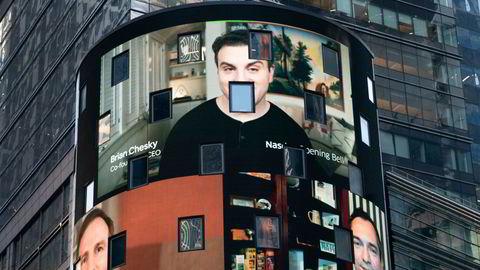 Airbnb-grunnleggerne Brian Chesky (administrerende direktør), produktsjef Joe Gebbia (nede til venstre) og teknologisjef Nathan Blecharczyk (nede til høyre) dominerer Nasdaq-skjermene på Times Square i New York torsdag.
