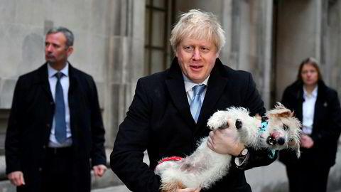 Som ventet stemte det britiske Underhuset for Boris Johnsons forslag til brexitlov. Her er statsminister Boris Johnson fotografert sammen med hunden sin Dilyn.