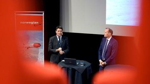 Norwegians styreleder Niels Smedegaard (til høyre) åpner for å selge unna noen langdistansefly. Her med fungerende toppsjef Geir Karlsen.