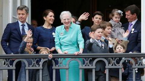 Store deler av den danske kongefamilien poserte på balkongen på Amalienborg Slott i København da de feiret dronning Margrethe sin 75-års dag i 2016. Prins Nikolai står rett til høyre for dronningen. Foto: Lise Åserud / NTB scanpix