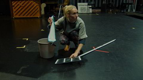 Den selverklærte performancekunstneren Gritt (Birgitte Larsen) får innpass hos Lars Øyno og Grusomhetens teater, og prøver seg på en snarvei til suksess.