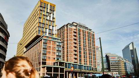 I Oslo fikk hotellene i april kun en femtilapp i inntekt per tilgjengelige hotellrom. Clarion The Hub (i forgrunnen) og Radisson Plaza (i bakgrunnen) er hovedstadens to største hoteller. Førstnevnte eies av Petter Stordalens Nordic Choice-kjede.