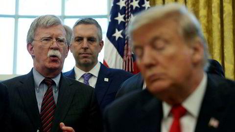 President Donald Trump lyttet lenge til nasjonal sikkerhetsrådgiver John Bolton. Nå er hanskene kastet.