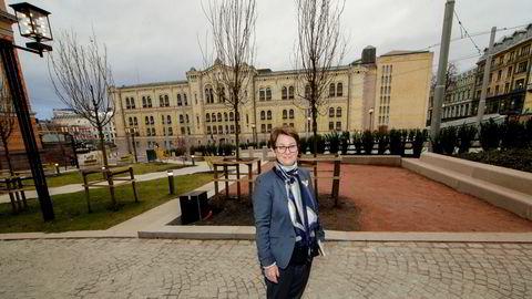 Stortingspresident Tone Wilhelmsen Trøen på Wessels plass, og Stortinget i bakgrunnen.