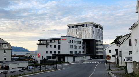 Tross beliggenheten midt på Helgelandskysten sliter hotellet Scandic Syv Søstre i Sandnessjøen med å gi et behagelig pusterom i ferien.