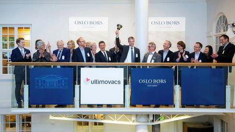 Ultimovacs viser en sterk utvikling innenfor en stigende trendkanal. Her fra bjelleseremoni på Oslo Børs hvor direktør i Ultimovacs Hans Vassgård Eid ringer i bjellen.