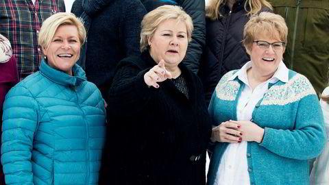 Venstre og partileder Trine Skei Grande (til høyre) skal behandle en rekke forslag som innebærer mindre skatteinntekter og økte offentlige utgifter på landsmøtet i helgen. Statsminister Erna Solberg (midten) advarte senest forrige helg mot dyre løfter, sammen med finansminister Siv Jensen. Her under en fellesfotografering av regjeringen. Foto: Berit Roald/NTB Scanpix