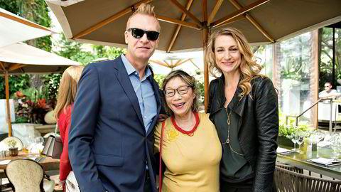 Kjersti Flaa (til høyre) deltok på lunsj med HFPA. Her sammen med samboeren Magnus Sundholm og Yoko Narita, som begge er medlemmer av HFPA.