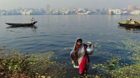 Det er én regjering, én politikk og det er vårt felles ønske å bruke 35 milliarder kroner på å bekjempe fattigdom, stoppe klimaendringene, få kontroll over smittsomme sykdommer, styrke kvinners stilling og fremme fred, stabilitet og demokrati over hele verden, skriver artikkelforfatteren. Her en bangladeshisk kvinne som samler vann til grønnsaksmarkedet ved Dhaka, Bangladesh.