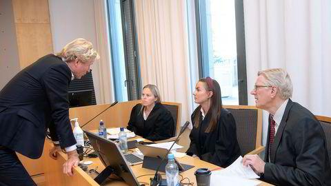DNB-teamet i Oslo tingrett denne uken: Advokat Anne-Lene Åvangen Hødnebø (til venstre), advokatfullmektig Amelie Lied Haga og Odd Arne Moen, som har ført kundekontroll med Brunstadstiftelsen. Foran: Helge Heiberg, kundeansvarlig i DNB.