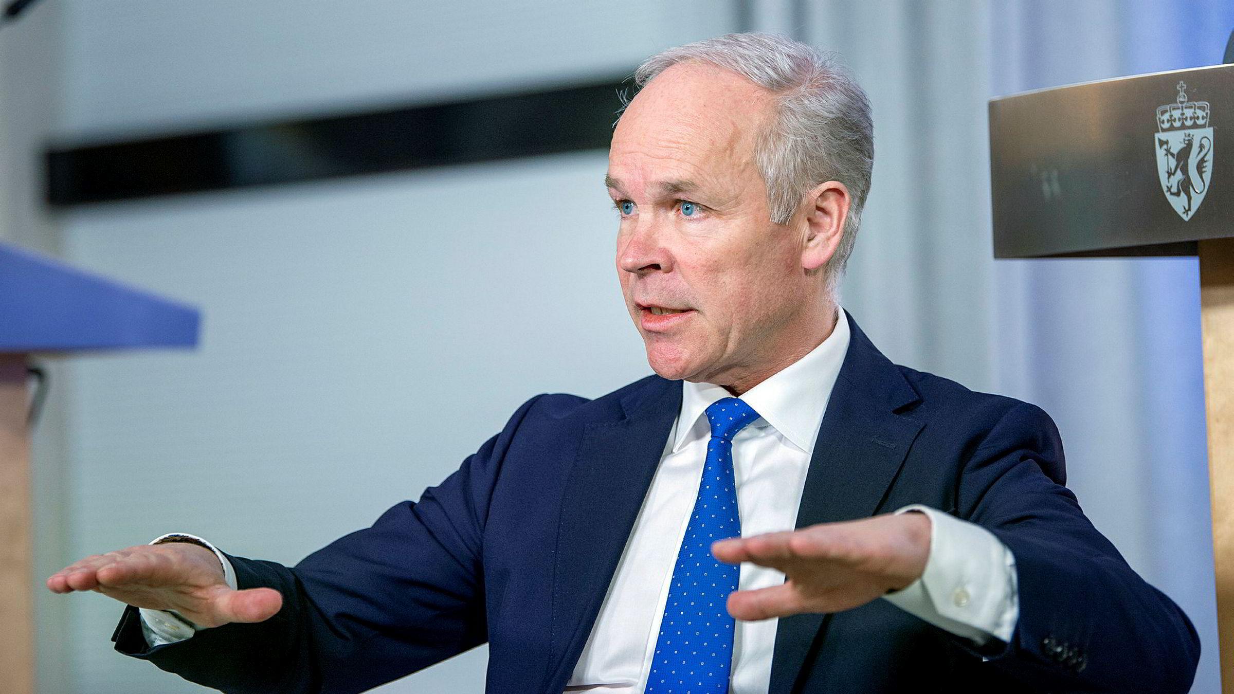 Den lange superkonjunkturen er trolig over nå for Norge. Da har vi ikke lenger råd til å leve på samme måte som før, hverken statlig eller privat, skriver Knut Anton Mork i kronikken. På bildet finansminister Jan Tore Sanner (H).