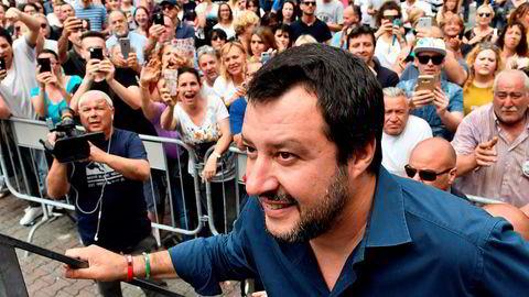 Ligaens leder Matteo Salvini (bildet) og M5S-leder Luigi Di Maio har sittet i forhandlinger i hele dag. Nå skal de to partiene være enige om en ny avtale for å danne ny regjering.