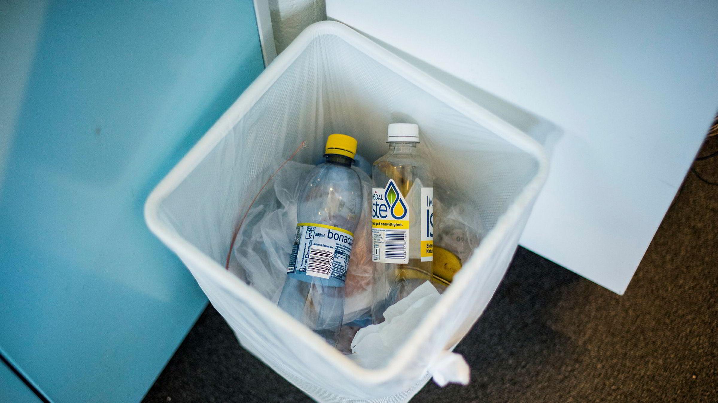Miljøvernminister Michael Gove vil ha slutt på at plastflasker kastes og har lagt planer om å innføre en panteordning i Storbritannia.