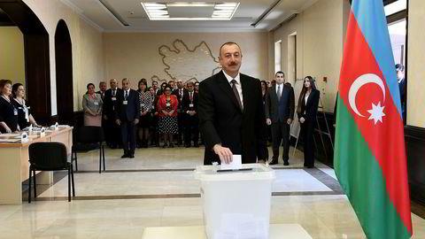 President Ilham Alijev avla stemme i hovedstaden Baku onsdag morgen. Foto: AP / NTB scanpix