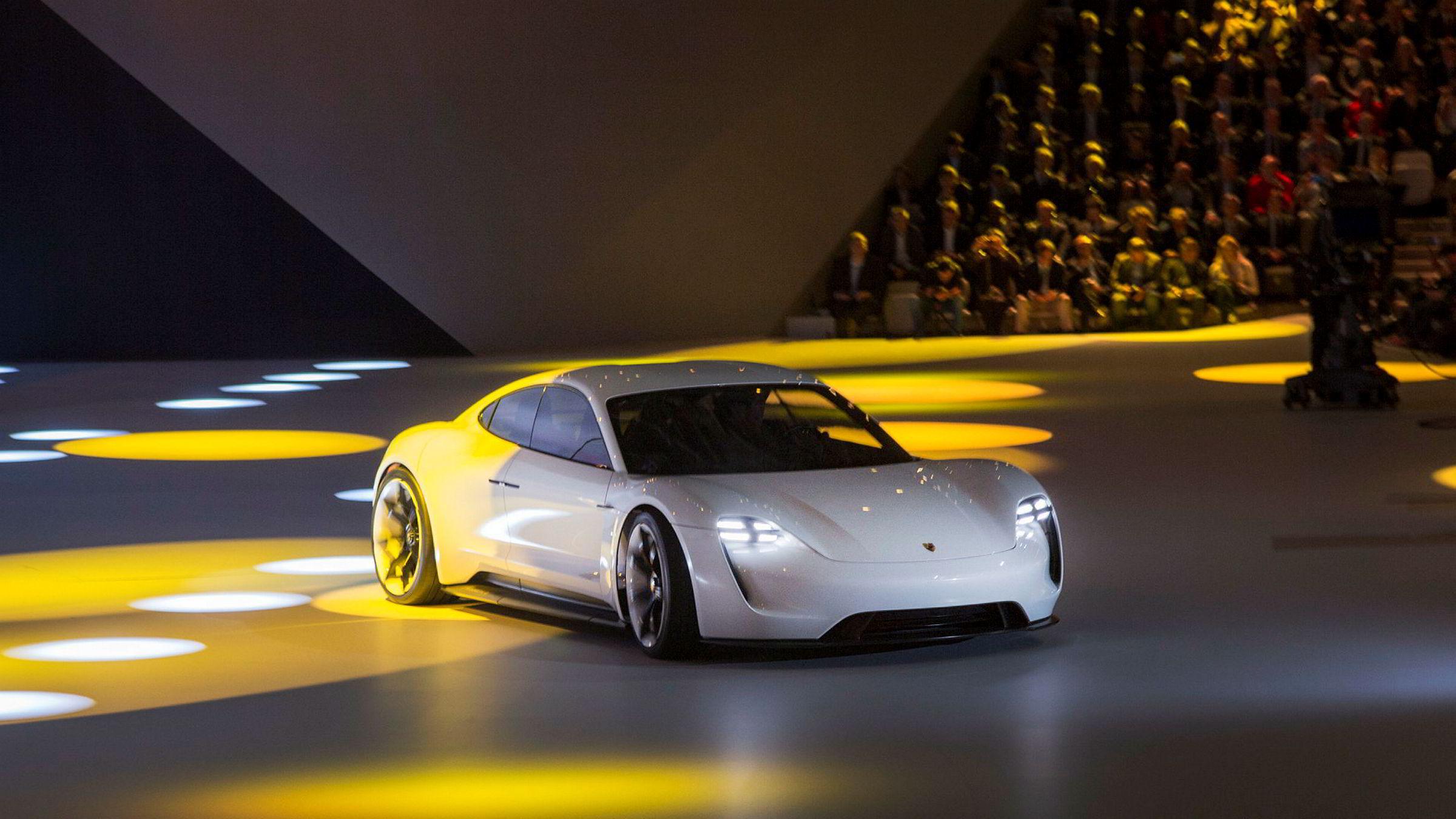 Her debuterer Porsche Mission E under bilutstillingen i Frankfurt 2015.