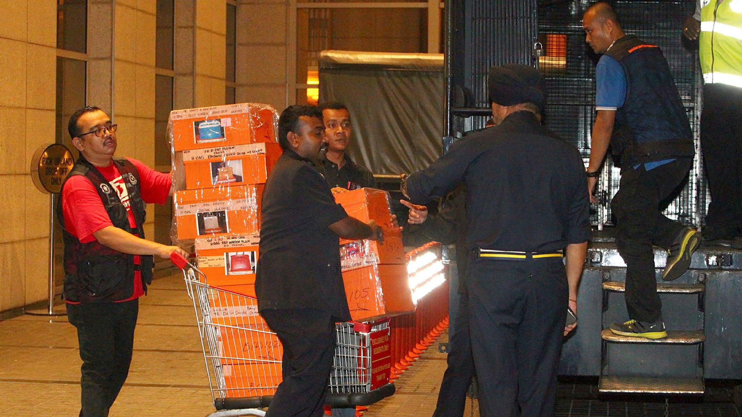 Politi beslagla juveler, smykker, kontanter og juveler i rassiaer mot leiligheter eid av Malaysias tidligere statsminister natt til fredag. – Det er umulig å fastslå verdiene så tidlig. Enkelte av juvelene og smykkene er veldig store, ifølge politidirektør Amar Singh.