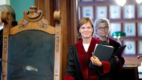 Dommer Ragnhild Noer på vei inn i retten da saken om BankID-offeret skulle behandles. Bak henne: Dommer Wenche Elizabeth Arntzen da Høyesterett hørte den første BankID-saken noensinne i september. Nå foreligger dommen.