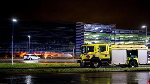 Deler av parkeringshuset på Stavanger lufthavn Sola har kollapset, og flytrafikken er stengt.