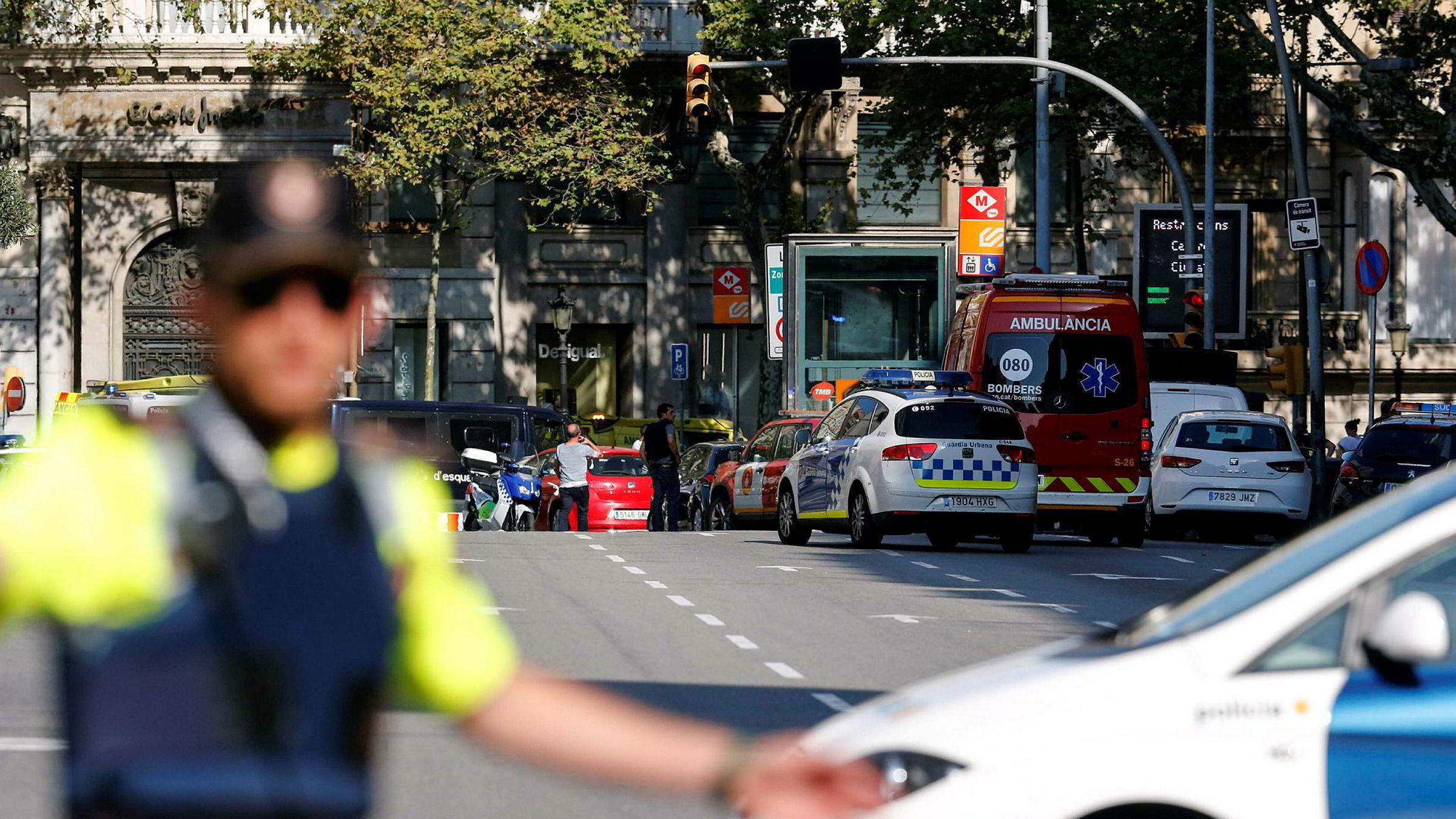 Politiet i Barcelona har sperret av områder rundt hovedgaten La Rambla, der en varebil torsdag kjørte ned flere mennesker.